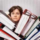 Le comptable a inondé avec les documents financiers Images libres de droits