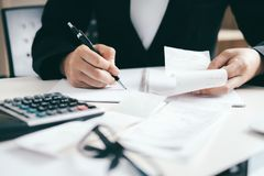 Le comptable ou le banquier calculent la facture d'argent liquide photos libres de droits