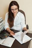 Le comptable signe le bilan de comptabilité images stock