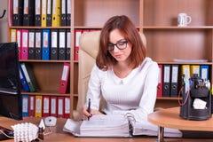 Le comptable travaille dans le bureau avec des documents Images stock