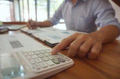 Le comptable vérifient l'argent d'affaires et d'économie empilant l'or Co photographie stock