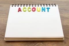 Le compte coloré en bois de mot de lettre fixent le carnet sur le dos en bois Image libre de droits