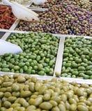 Le compteur avec des olives Photo stock