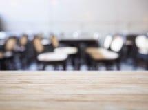 Le compteur de dessus de Tableau avec des sièges brouillent le fond de restaurant de barre photographie stock