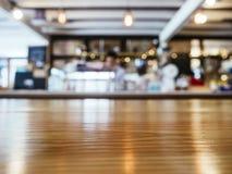 Le compteur de dessus de Tableau a brouillé le café de restaurant de barre avec des personnes images libres de droits