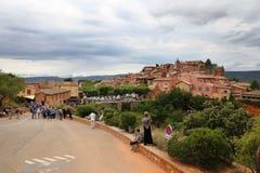 LE COMTÉ DE ROUSSILLON, FRANCE - 7 JUILLET 2014 : Vue sur le beau village médiéval Photo stock