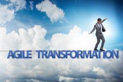 Le concept agile de transformation avec l'homme d'affaires marchant sur la corde serr photos stock