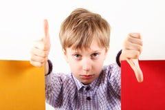 Concept créatif d'un garçon caucasien blond montrant des gestes Photo stock