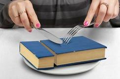 Le concept créatif d'éducation, mains a coupé le livre du plat Images stock