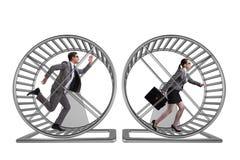 Le concept d'affaires avec des paires fonctionnant sur le hamster roulent photographie stock