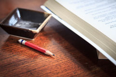 Le concept d'affaires des places met en forme de tasse le crayon et un livre sur le backg en bois Photographie stock