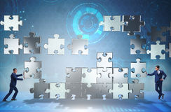 Le concept d'affaires du travail d'équipe avec le puzzle rapièce Photos libres de droits
