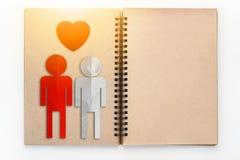 Le concept d'amour avec le papier de couples a coupé sur le carnet Photo stock