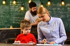 Le concept d'apprentissage en ligne avec l'étudiant tenant son ordinateur portable moderne, de bons tuteurs sont souvent des maît Photographie stock libre de droits