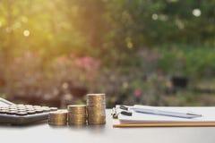 Le concept d'argent d'économie et la pièce de monnaie d'argent empilent l'élevage pour des affaires Image stock