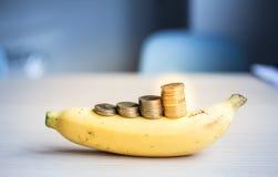 Le concept d'argent d'économie, pièces de monnaie d'argent empilent des affaires croissantes sur la banane photos libres de droits