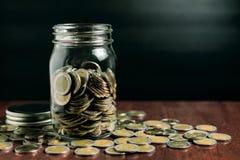 Le concept d'argent d'économie, argent invente dans la bouteille Images stock