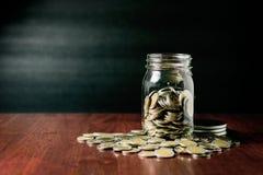 Le concept d'argent d'économie, argent invente dans la bouteille Photographie stock