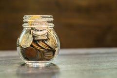 Le concept d'argent d'économie, argent invente dans la bouteille Photos libres de droits