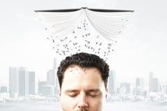 Le concept d'éducation avec la tête de l'homme et les lettres versent de l'op Photo libre de droits