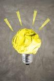 Le concept d'environnement d'inspiration a chiffonné l'ampoule de papier jaune images libres de droits