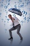 Le concept d'incertitude avec l'homme d'affaires et les points d'interrogation Photographie stock