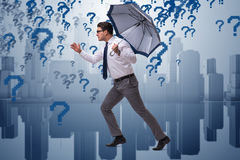 Le concept d'incertitude avec l'homme d'affaires et les points d'interrogation Image libre de droits