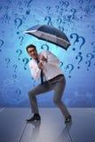 Le concept d'incertitude avec l'homme d'affaires et les points d'interrogation Photo libre de droits