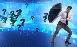 Le concept d'incertitude avec l'homme d'affaires et les points d'interrogation Photographie stock libre de droits