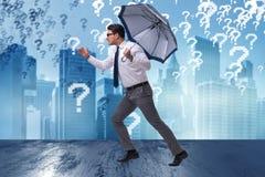 Le concept d'incertitude avec l'homme d'affaires et les points d'interrogation Image stock