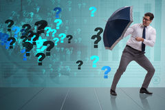 Le concept d'incertitude avec l'homme d'affaires et les points d'interrogation Photos stock