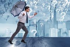 Le concept d'incertitude avec l'homme d'affaires et les points d'interrogation Images stock