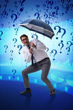 Le concept d'incertitude avec l'homme d'affaires et les points d'interrogation Photos libres de droits