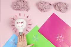Le concept d'inspiration a chiffonné la métaphore de papier d'ampoule pour la bonne idée photos stock