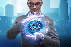 Le concept d'intelligence artificielle avec le cerveau et la femme d'affaires photographie stock