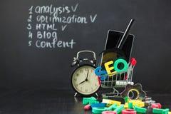 Le concept d'optimisation de moteur de SEO Search a coloré des lettres de SEO avec l'horloge, magnifiant, le smartphone, vitesses photo stock
