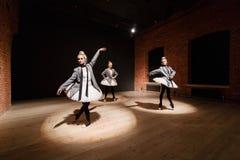 Le concept de ballet Jeunes filles de ballerine Femmes à la répétition dans un tutu blanc et une veste grise Préparez a Photos libres de droits