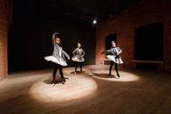 Le concept de ballet Jeunes filles de ballerine Femmes à la répétition dans un tutu blanc et une veste grise Préparez a Images stock