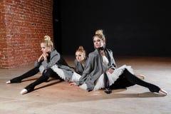 Le concept de ballet Les jeunes filles de ballerine détendent se reposer sur le plancher Femmes à la répétition dans un tutu blan Images stock