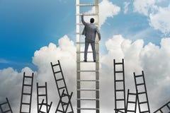 Le concept de carrière avec l'échelle s'élevante d'homme d'affaires Photographie stock