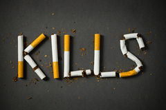 le concept de cigarettes de sang a isolé des mises à mort fumant le blanc photo libre de droits