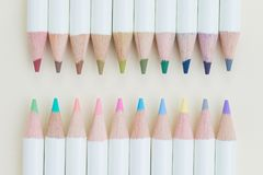 Le concept de coloration ou d'art par couleur en pastel mignonne crayonne sur la lumière YE photo stock