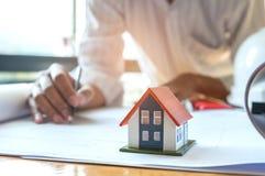 Le concept de construction à la maison, architectes écrivent le plan à la maison, le modèle h Images stock