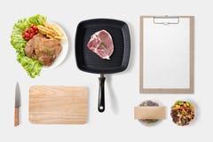 Le concept de construction de l'ensemble et de la salade de bifteck de BBQ de maquette a placé dessus photographie stock libre de droits