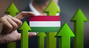 Le concept de croissance de nation, verdissent vers le haut des flèches - homme d'affaires Holding Car illustration libre de droits