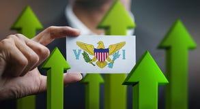 Le concept de croissance de nation, verdissent vers le haut des flèches - homme d'affaires Holding Car images stock