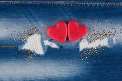 Le concept de deux coeurs d'amants se trouvant sur les jeans Image libre de droits