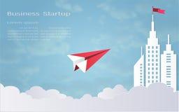 Le concept de direction, l'avion rouge et le bâtiment architectural blanc aménagent en parc Image libre de droits