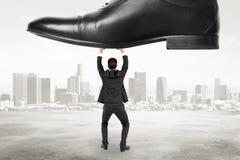 Le concept de domination avec l'homme d'affaires résiste à la pression au CCB de ville images stock