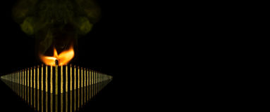 Le concept de grande idée avec la rangée d'infini de bâtons de match pensent différent d'isolement sur le fond noir avec l'espace Image libre de droits